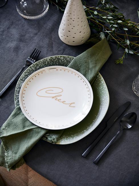 Zbliżenie na biały talerz z Westwing Collection z napisem Cheer