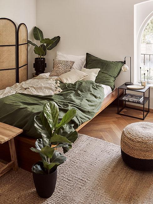 Sypialnia w kolorach zieleni z roślinami i parawanem z bambusa