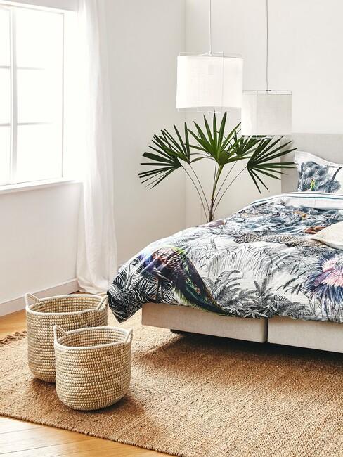 sypialnia w stylu boho z plecionymi koszami, łożkiem plaą w doniczce i lampą