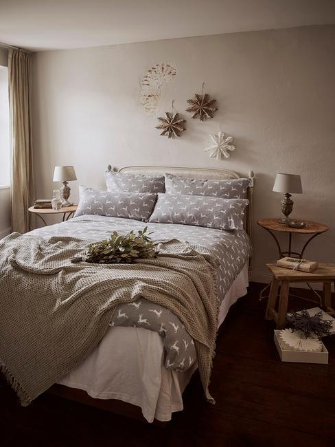 Beżowa sypialnia scandi ze świąteczną pościelom