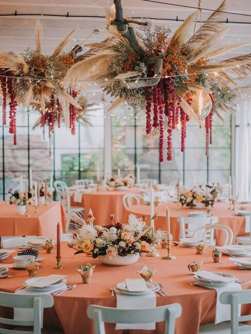 Udekorowana sala weselna w Polnej Zdrój w kolorach jasnego pomarańczu