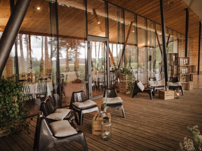 Drewniany taras przestrzenii eventowej Między Deskami