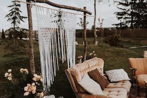 Boho dekoracje weselne na łące w Folwarku Ruchenka