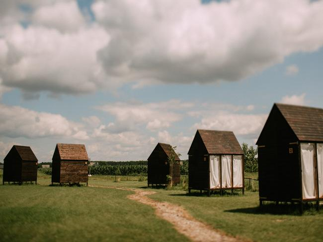 Drewniane domki na łące w Folwarku Ruchenka