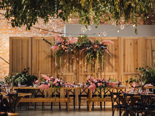 Kwiatowe dekoracje na stołach i w sali weselnej w Folwarku Wąsowo