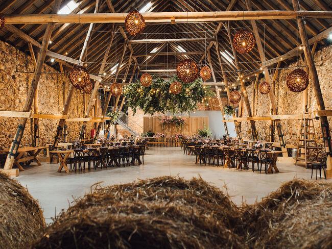 Rustykalny wystrój sali weselnej w stodole Folwarku Wąsowo