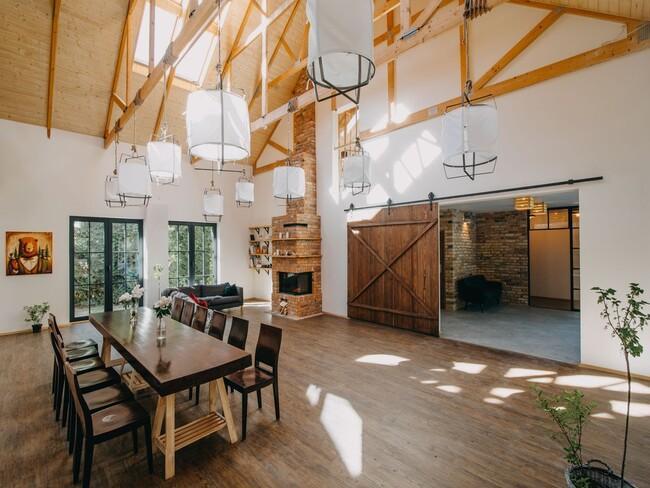 Sala weselna z drewnianymi elementami w przestrzeni Przepitki & Przekąski