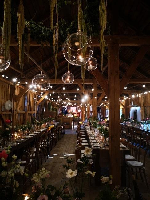 Sala weselna udekorowana w stylu rustykalnym w Osadzie Młyńskiej