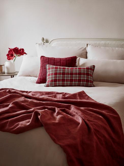 poduszki w sypialni w jesiennych barwach z wzorem tartan