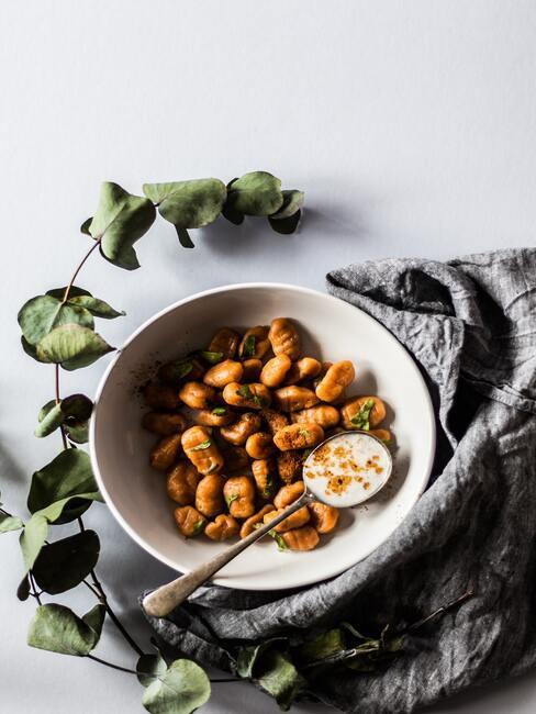 Rzymskie gnocchi udekorowane na talerzu