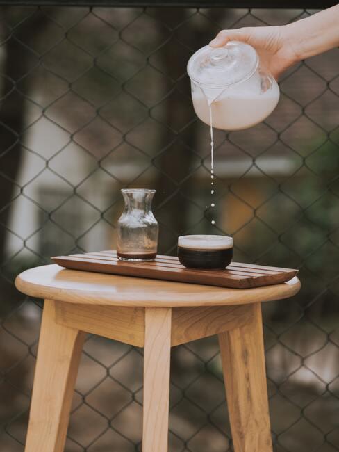 Amaretti ustawione na drewnianym stołeczku