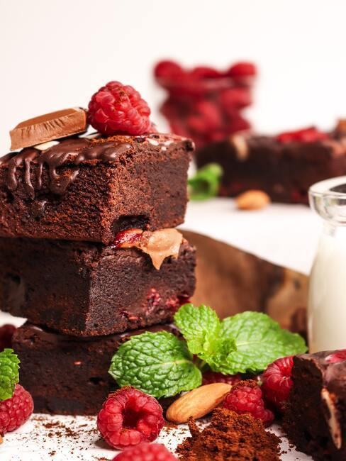 Brownie ozdobione malinami, mięta i orzechami