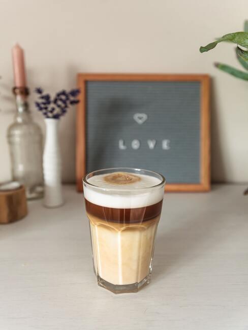 chai latte na tle tablicy dekoracyjnej