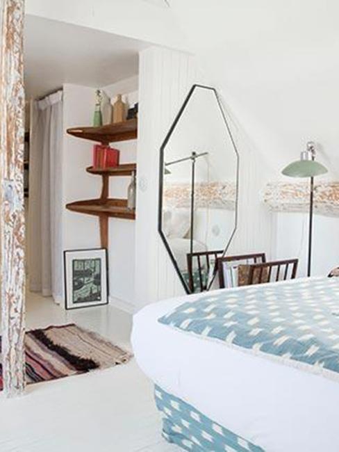 Sypialnia vintage w paryskim hotelu Hotel du Temps