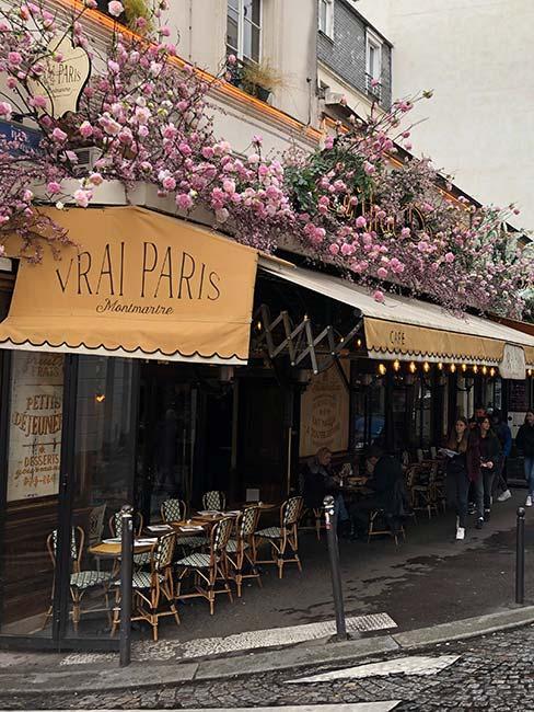 Restauracja w Paryżu spowita różami