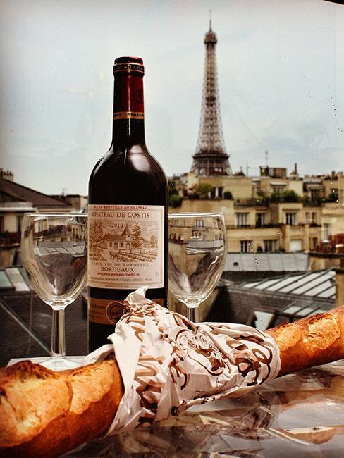 czerwone wino i bagietka na dachu Paryża
