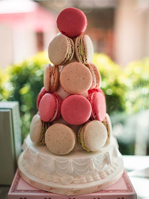 Wieża z pastelowych makaroników na wystawie cukiernii w Paryżu