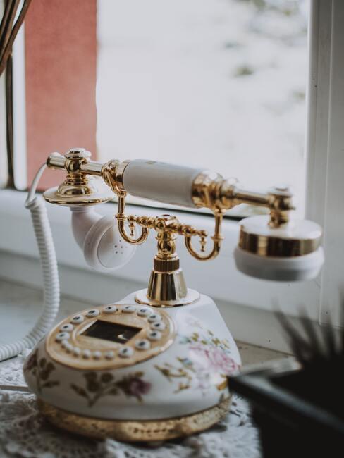 Retro telefon na parapecie