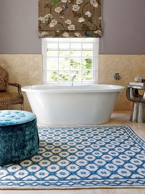 łazienka z wolnostojącą wanną z niebieskimi elementami w stylu wiktoriańskim