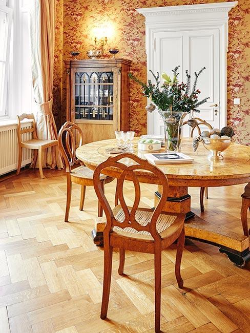 jadalnia z jasnego drewna w stylu pałacowym