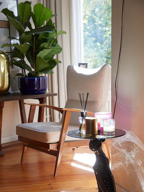 beżowy fotel z drewninanymi nóżkami w stylu retro