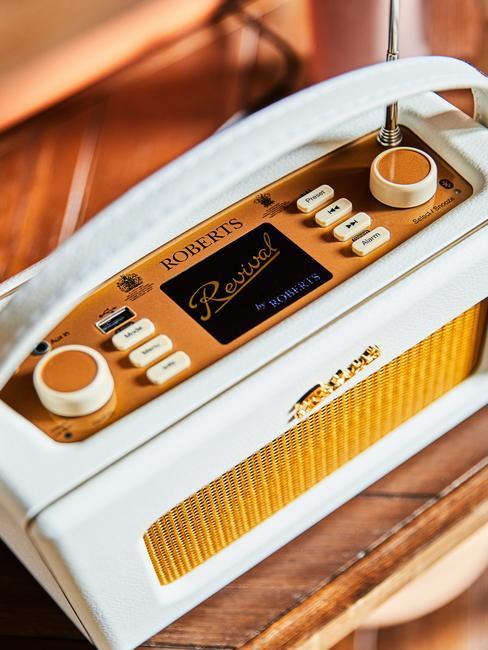 Biało - żółte radio w stylu vintage