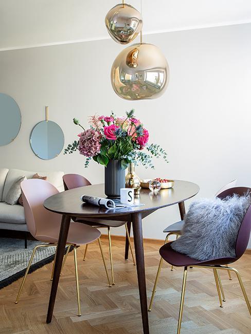 Luxus Esszimer Esstisch in dunkel braun mit rosa und lila Stühlen