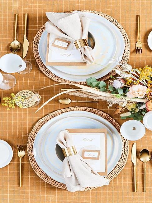 Gedekte tafel met romantische tafeldecoratie