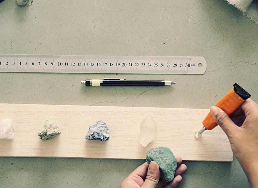 4. Die Steine mit dem Silikondichtmittel auf das Brett kleben und alles für einige Stunden trocknen lassen.