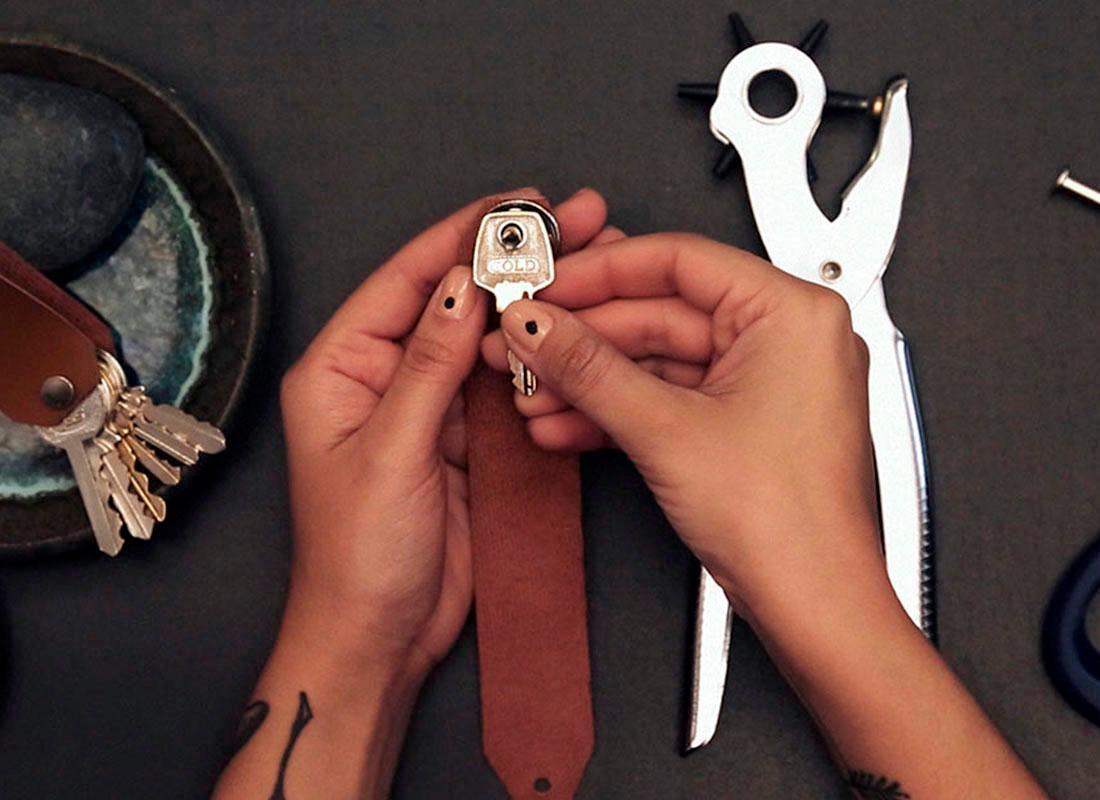 4. Verbindungsschraube einsetzen und Schlüssel auffädeln.