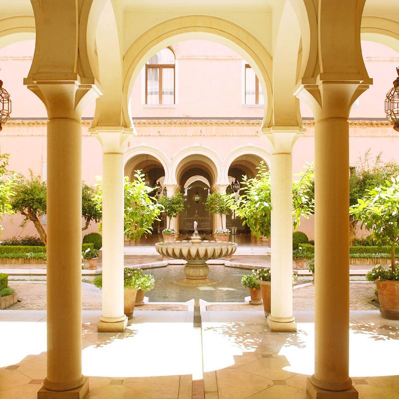 Un perfetto esempio dello stile Moresco dai tratti arabeggianti che caratterizza l'Hotel.