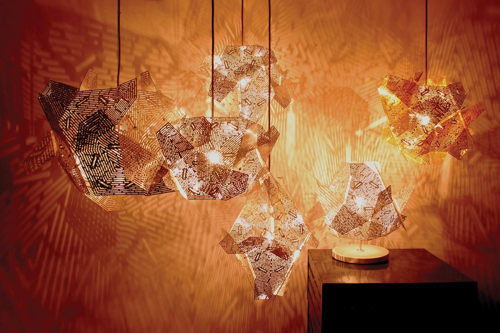 La lampada del designer tedesco Jens Otten fa parte di una serie di lampade, disponibili in diverse forme e materiali, che creano raffinati giochi di luci e ombre grazie alle complesse sfaccettature poligonali.