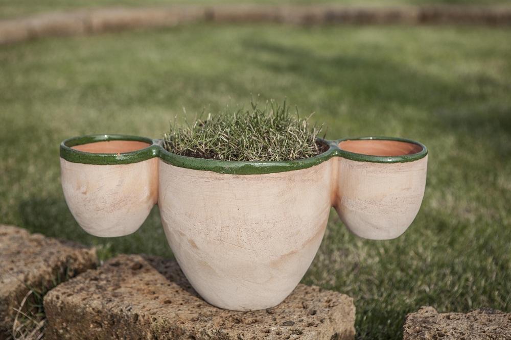In terracotta, il vaso riproduce il simbolo del