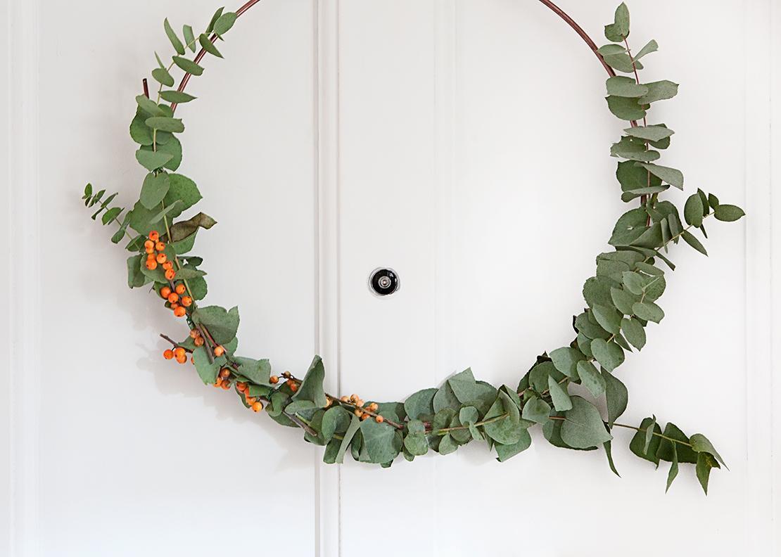nowoczesny wieniec świąteczny na drzwi