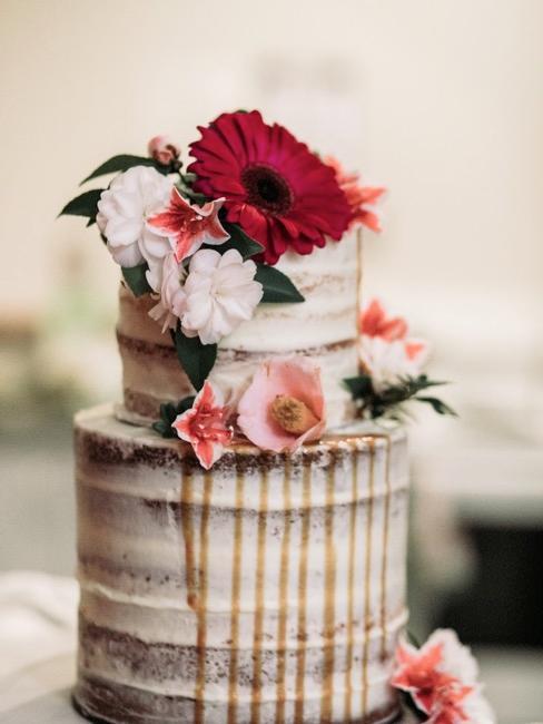 """pastel de boda estilo """"naked cake"""" con decoración de flores"""