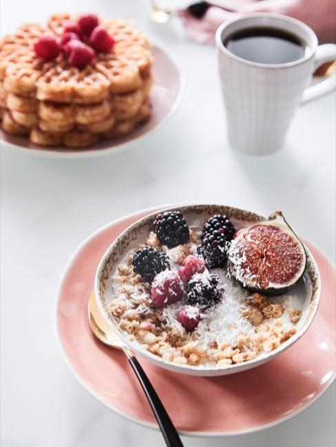 Desayno con gofres, café y bol con fruta