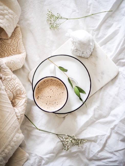 Nahaufnahme Espressotasse auf Bett
