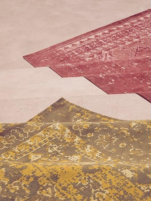 Alfombras orientales en color rojo y dorazo sobre la arena