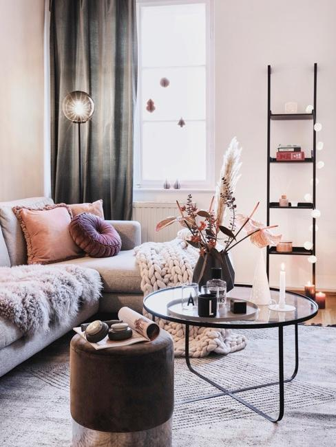 Cortinas grises en salón con tonos rosados y motivos decorativos como plantas