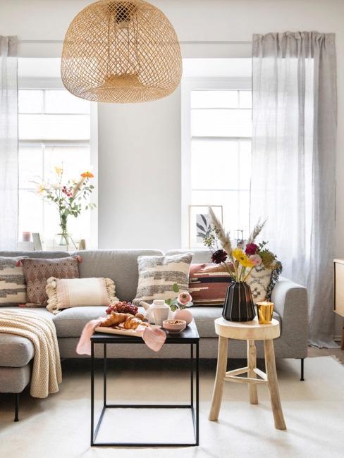 Salón con cortinas grises y decoraciones en tonoes beige y grises