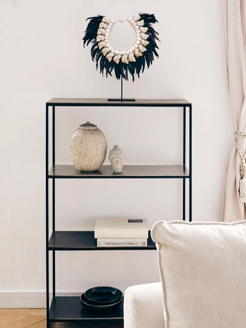 Budha decorativo estantería en tonos blanco y negro