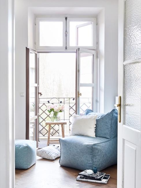 balcón y sillón azul con puf