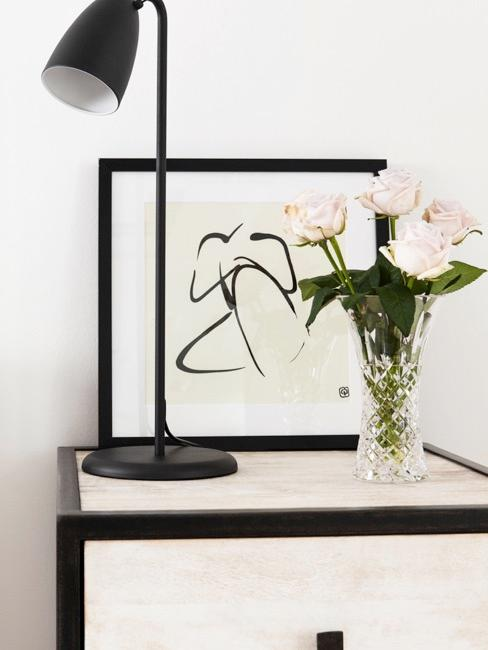 Nachttisch mit Deko Vase, Lampe und Bild mit Linienzeichnung