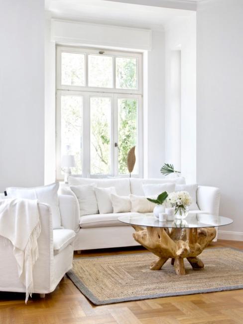 Salón con sofás blancos y alfombra de sisal