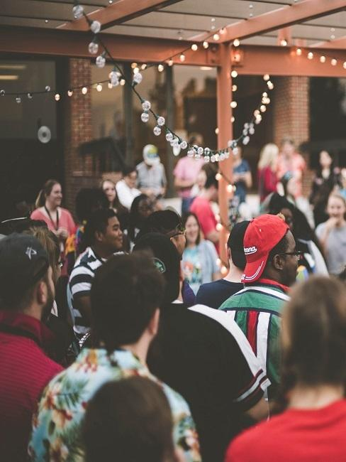 Party mit sehr vielen Gästen als Abschlussfeier