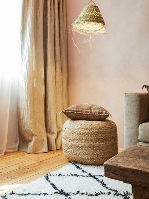 salón con puf de ratán