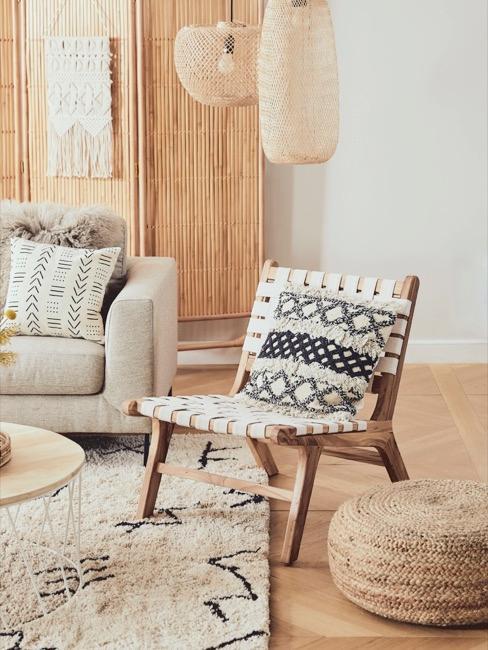 Salón con silla de ratán, puff de mimbre y biombo de bambú