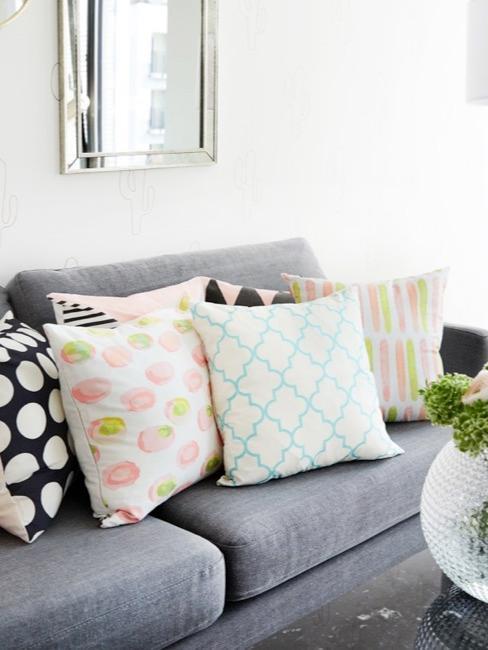 Wohnzimmer mit Frühlingsdeko, bunten Kissen und Blumen