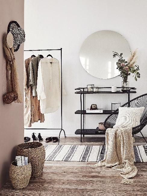 Heller Flur mit Garderobe, Spiegel, Sitzmöglichkeit und schöner Deko