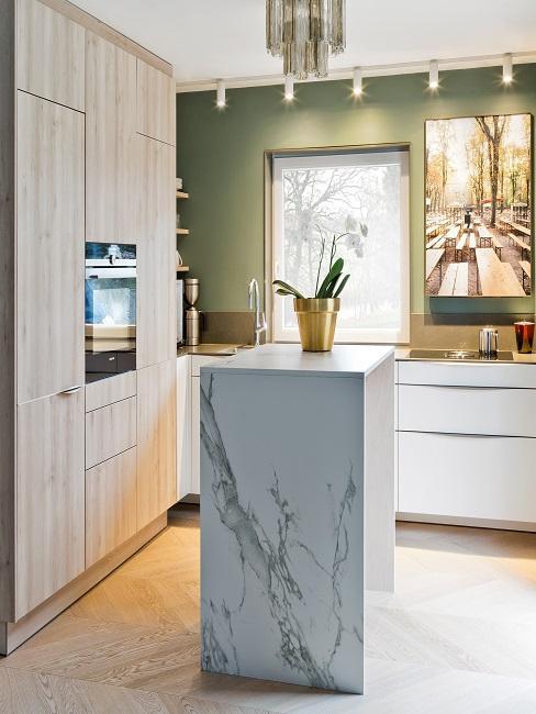 Wohnküche mit Marmorpodest